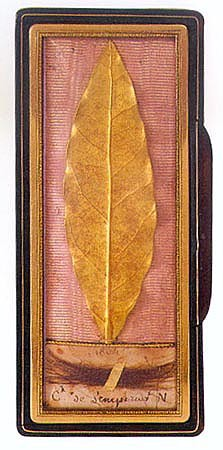 Snuff box containing a golden leaf from the coronation crown