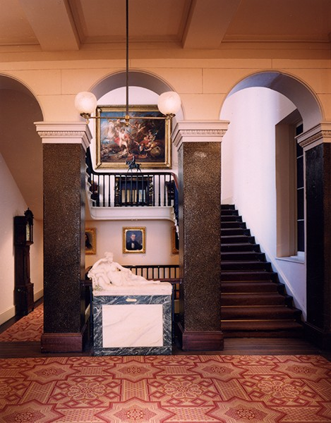 Grand escalier de l'Athenaeum de Philadelphie avec la statue de Pauline Borghese par Canova ©PhilaAthenaeum.org