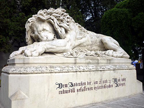 Le Lion d'Aspern érigé devant l'église qui fut le témoin des combats des 21 et 22 mai 1809