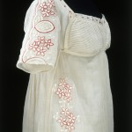 Dress of muslin embroidered with wool. Circa 1808.