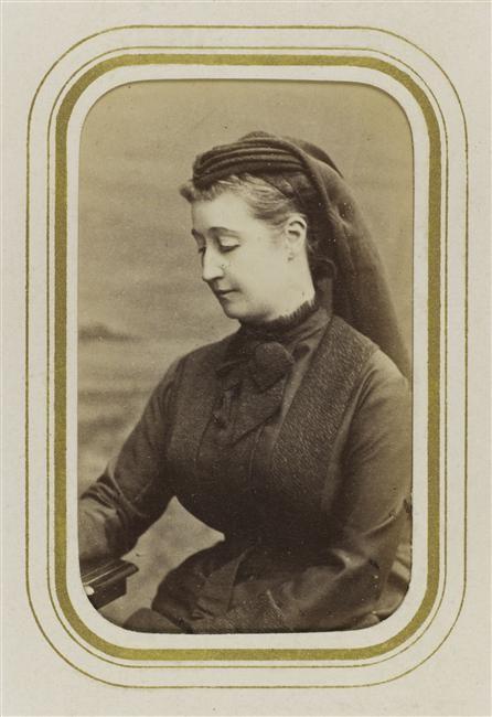 Photographie d'Eugénie en habit de deuil vers 1873