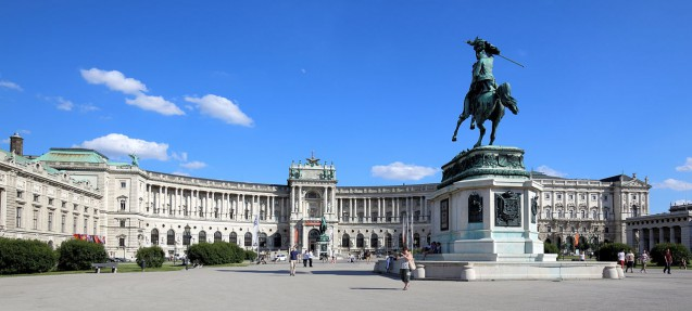 La nouvelle Hofburg à Vienne. Au premier plan, la statue du premier archiduc Charles de Habsbourg