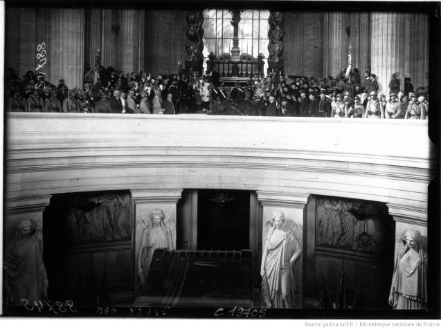 Centenaire de Napoléon aux Invalides l'intérieur pendant la cérémonie au tombeau de Napoléon [photographie de presse] - Agence Meurisse © BnF