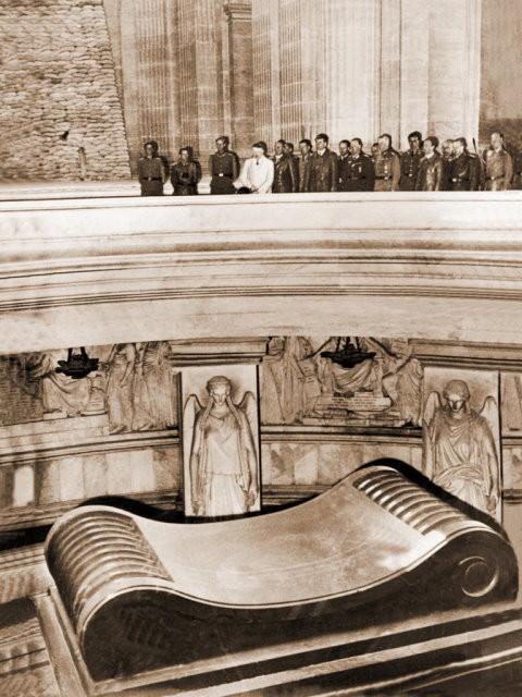 Visite d'Hitler aux Invalides en 1940 © D. R.