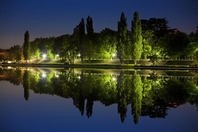 Vue de nuit du parc d'Allier se reflétant dans une rivière © Vichy-Destinations.fr