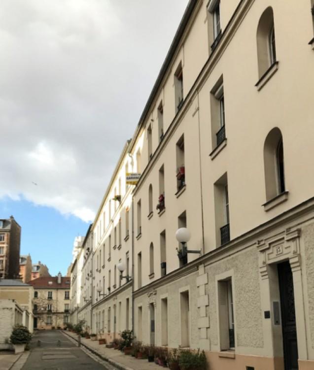Cité de l'avenue Daumesnil. Un étage supplémentaire a été ajouté à l'immeuble <br>qui n'en possédait que deux à l'origine. Vue de l'arrière des maisons <br>© Patrick Kamoun, janvier 2020