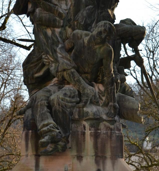 Un artilleur, le seul représenté décédé sur le monument aux morts de 1870, à Figeac<br>© Commune de Figeac. Photo : Stéphane Caray