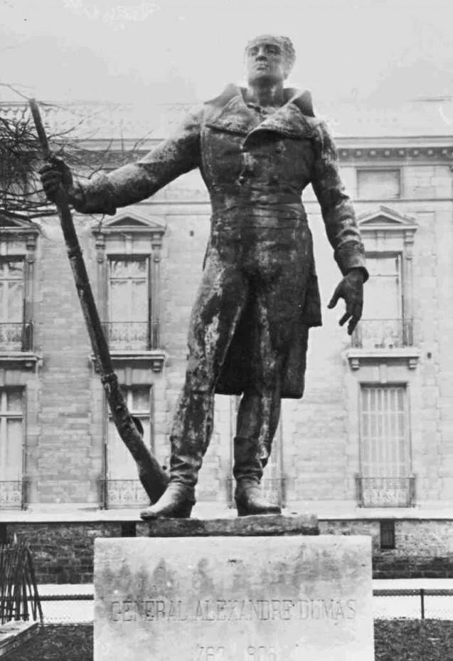 Statue du général Dumas, détruite par les Nazis pendant la Seconde Guerre mondiale à Paris © Wikipedia