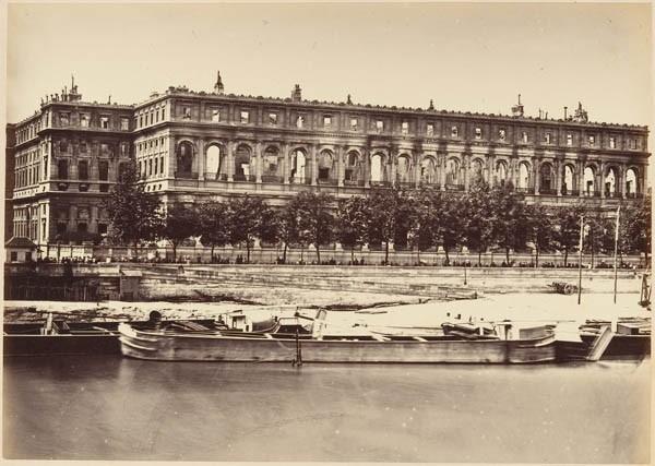 Photographie : ruines du palais d'Orsay, siège du Conseil d'État (mai 1871)