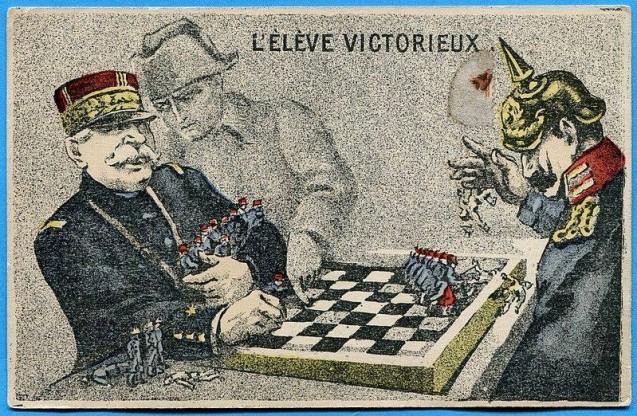 Carte postale à visée de propagande présentant le général Joffre, e commandant en chef des armées françaises en 1914, comme élève victorieux de la guerre de 1914-1918. © DR